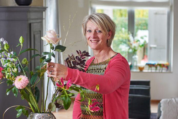 Grea van Loosbroek uit Ravenstein kreeg zes jaar geleden een herseninfarct. Ze heeft nu een bedrijf dat rouwstukken maakt.