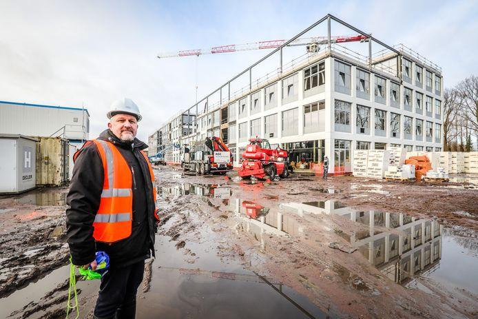 Directeur Wim Vanhoutte op de werf. De werken liggen goed op schema.