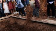 Hartbrekende foto's van jongetjes die hun moeder (31) begraven na wrede moordpartij in Mexico