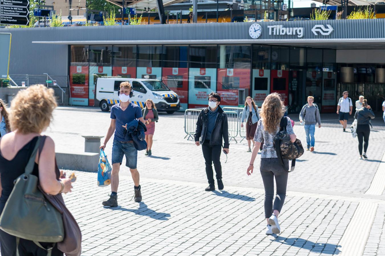 Vanaf vandaag is het verplicht om in de bussen en treinen met een mondkapje te gebruiken.