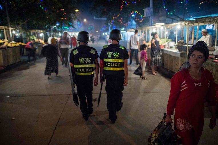 Chinese politie in de buurt van een moskee in Xinjiang. Beeld AFP