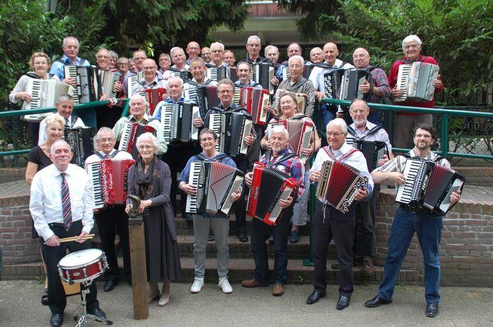 De muzikanten die maandelijks spelen op het accordeontreffen in Reusel, gaan dat ook in Zoutelande doen.