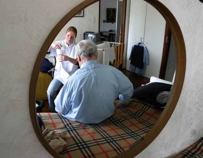 Een wijkverpleegkundige (niet van Pantein) aan het werk. foto ANP