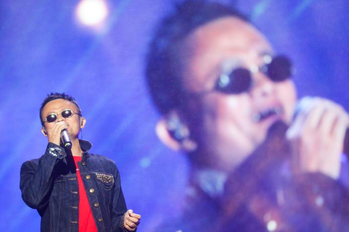 Een nieuwe Chinese popster? Zou kunnen. Het is de eigenaar van Alibaba, Jack Ma, die een computerconferentie in Hangzhou verrast met een muzikaal optreden. Foto China Daily