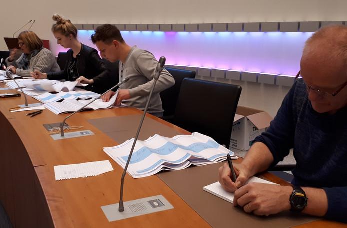 Hertellen van de stemmen in de raadszaal van Bernheze.