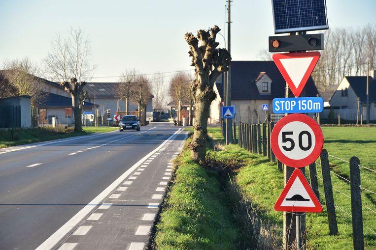 Verkeersborden in de Wevelgemstraat in Ledegem geven nu aan dat er wat verderop een kruispunt is.