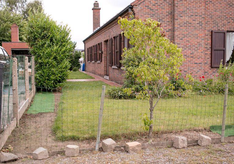 De dieven knipten de tuinomheining door en glipten langs het huis naar het achtergebouw, om de 350 kilo zware kluis op te halen.