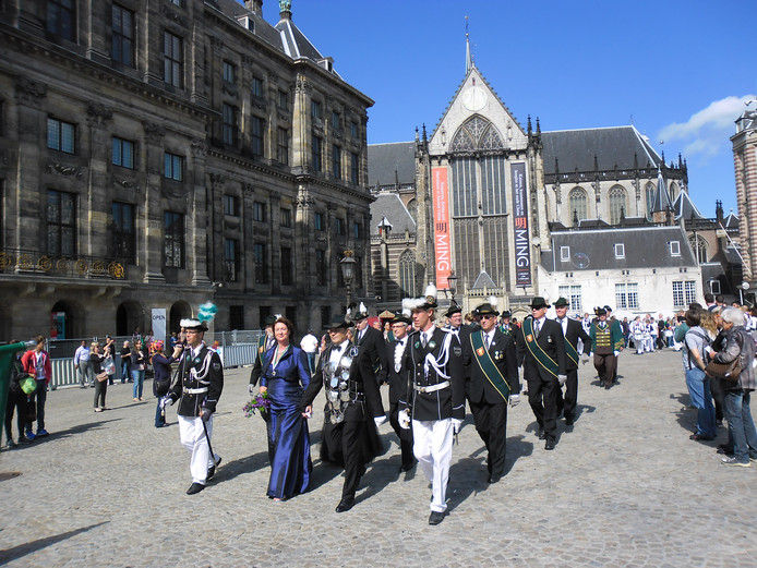 De schutters van BUB uit Beek in vol ornaat op de Dam bij het koning schieten enkele jaren geleden in Amsterdam.  Archieffoto Schutterij BUB