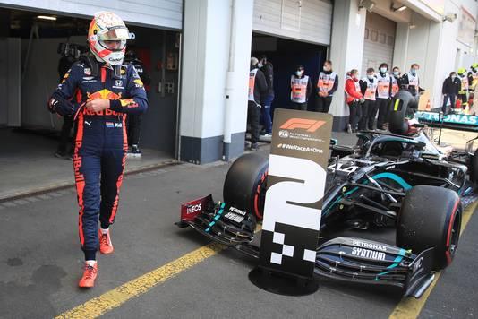Max Verstappen loopt voorbij de auto van Lewis Hamilton na de kwalificatie op de Nürburgring.