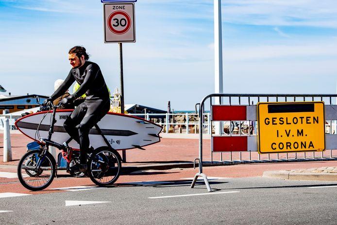 De parkeerplaatsen en toegangswegen naar het strand van Scheveningen zijn afgesloten om mensenmassa's te weren. Vooralsnog houdt Nederland zich goed aan de oproep om binnen te blijven.