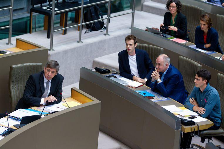 """Rousseau (r.) als sp.a-fractieleider in het parlement bij het debat over de beleidsverklaring van de nieuwe Vlaamse regering en minister-president Jan Jambon (N-VA). Die kreeg op Instagram de waarschuwing """"ni fokke me mij gast"""" toegeworpen."""