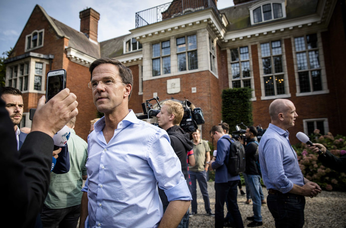 Mark Rutte (l) en Gert-Jan Segers staan de pers te woord.