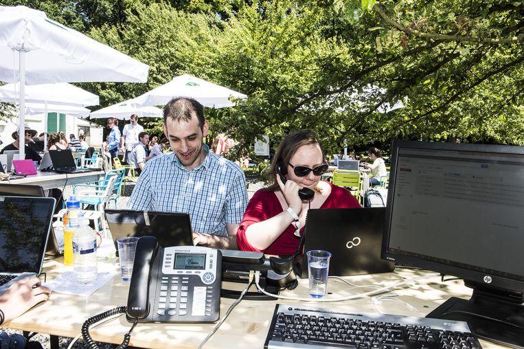Als Frederic en Sofie van Teleweb buiten werken, dan doen ze dat met alles erop en eraan. Ook de vaste telefoons en computers verhuizen voor een dagje naar het park.