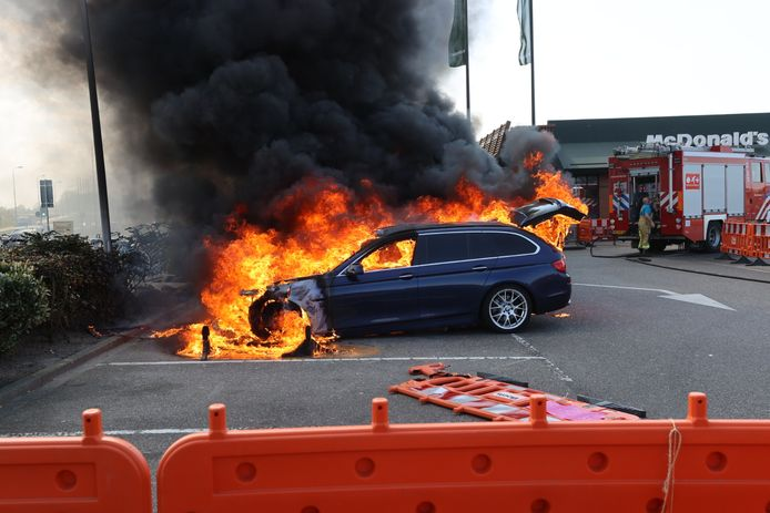 Auto vliegt spontaan in brand bij McDonald's aan de Noord-Brabantlaan in Eindhoven.