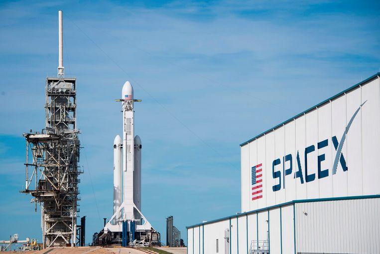 De Falcon Heavy staat klaar in haar lanceerplatform.