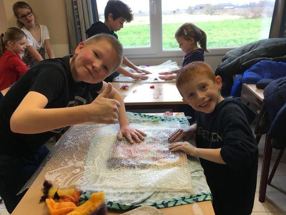 De leerlingen maken buideltasjes voor de weesdieren in Australië.