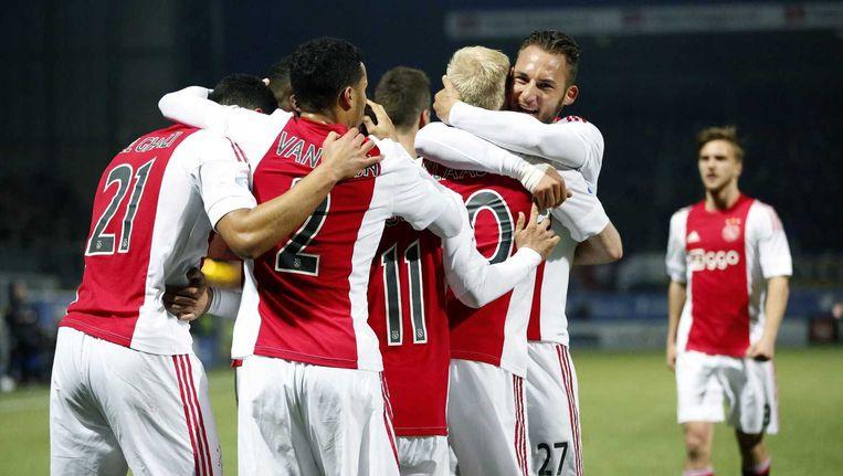Nemanja Gudelj viert de 0-1 met doelpuntenmaker Davy Klaassen. Beeld anp