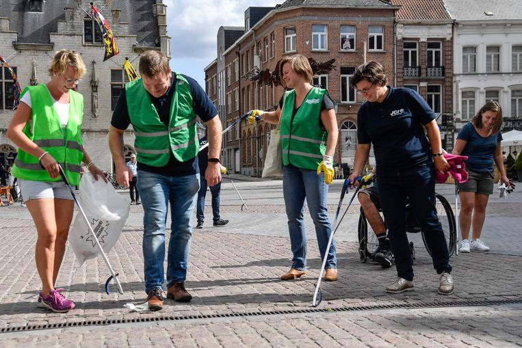 In de hele stad gingen vrijwilligers op pad om zwerfvuil op te ruimen.