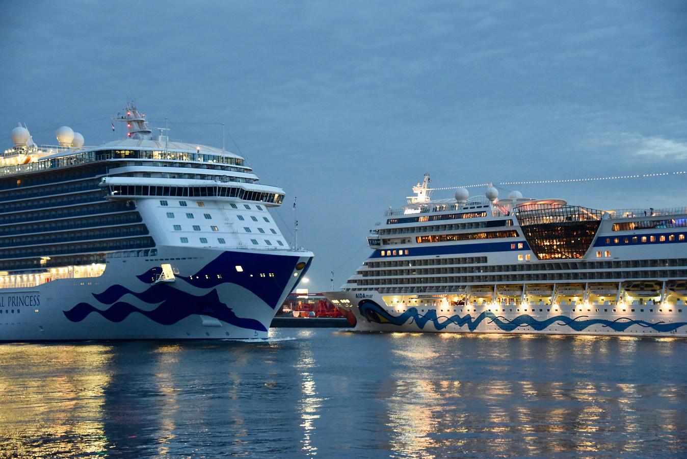 De cruiseschepen AIDAmar en Regal Princess passeren elkaar op de Nieuwe Maas.