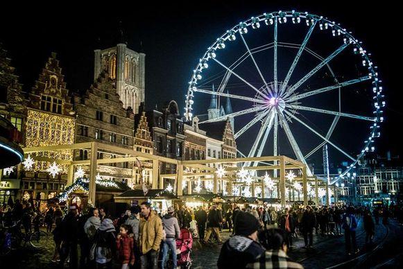 Het reuzenrad op de Korenmarkt is een van de blikvangers op de Winterfeesten in Gent.