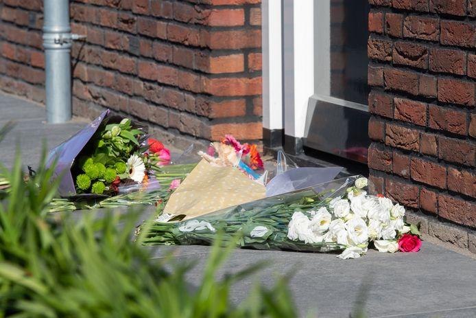 Mensen leggen bloemen bij de voordeur van de woning in Made van het echtpaar dat bij een familiedrama om het leven is gekomen.