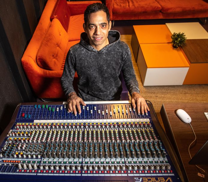 De Zwolse DJ Roy El Kei op de plek waar hij al tien jaar staat: achter de draaitafel in poppodium Hedon.