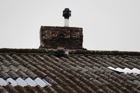 Bovenop het dak werd een rugzak gevonden, enkele meters later zakte hij door de asbestplaten.