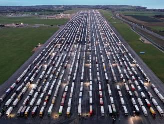 Meer dan 2.100 truckers stranden op tarmac van Engelse luchthaven door viruspaniek op Europese vasteland
