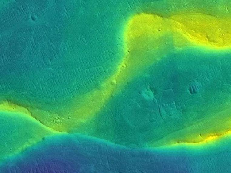 Een meanderende bedding van een oude rivier op Mars. De foto werd ingekleurd om hoogteverschillen aan te duiden: blauw is laag, geel is hoog.