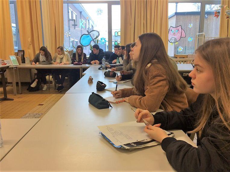 De leerlingen luisteren vol aandacht naar de gastleerkracht.