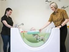 Kijk haar eens genieten: Lennie (0) is proefkonijn in nieuwe babyspa in Enschede