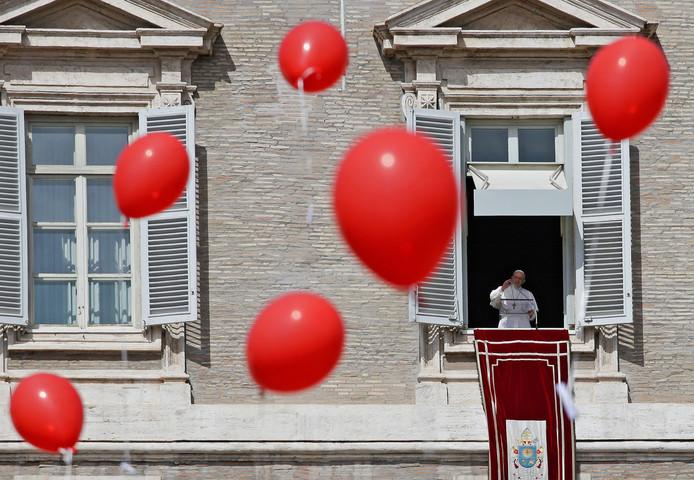 Als paus Franciscus het Angelus-gebed uitspreekt, op het Sint Pietersplein in het Vaticaan, worden rode ballonnen losgelaten. Foto Max Rossi