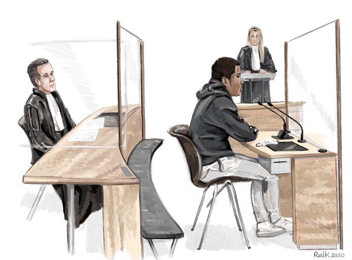 Verdachte H. M. (18) uit Gouda in de Rotterdamse rechtbank. Links zijn advocaat en op de achtergrond de officier van justitie.