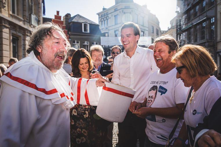 Pierke Pierlala haalt een centje op met zijn hoed na de 'Verkiezingskoenfeeranse' op de Kalandeberg.
