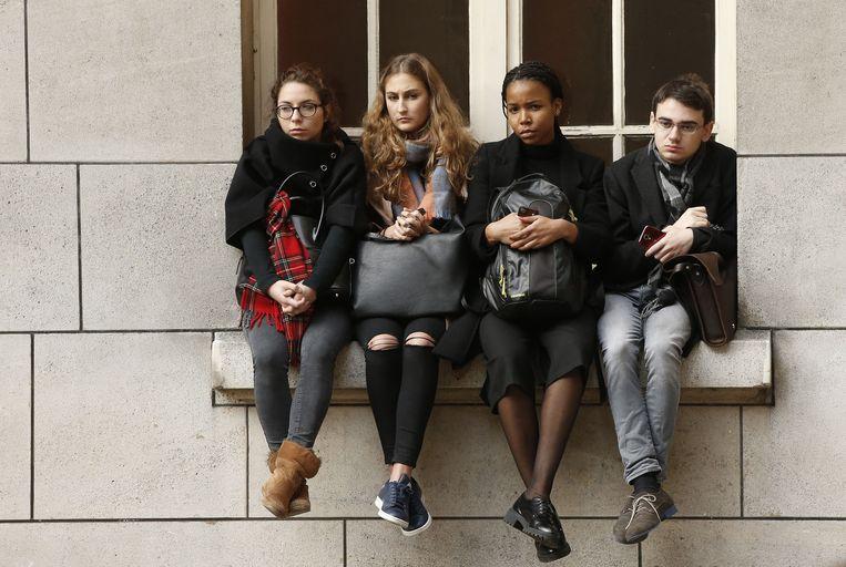 Parijs: studenten wonen de herdenking op de Sorbronne-universiteit bij Beeld AP