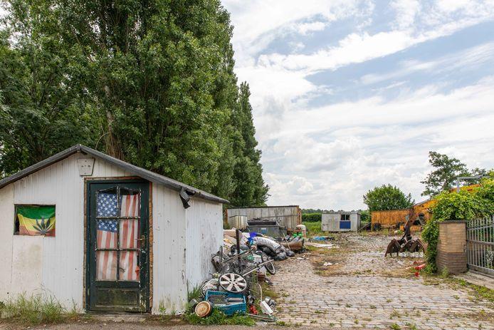 Het sloopterrein bij het woonwagenkamp in Tholen.