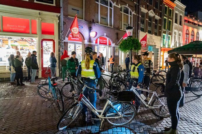 Drukte bij Boon's Markt aan de Ganzenmarkt in het centrum van Utrecht, na het sluiten van de horeca om 22.00 uur.