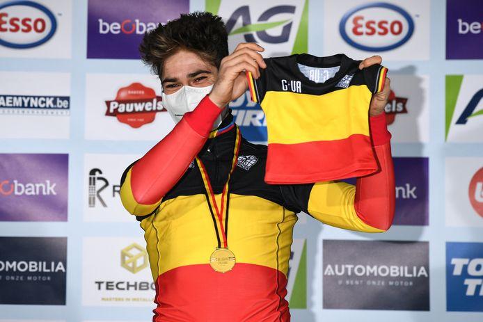 Wout Van Aert toont een mini-truitje voor zijn zoon Georges op het podium na zijn overwinning.
