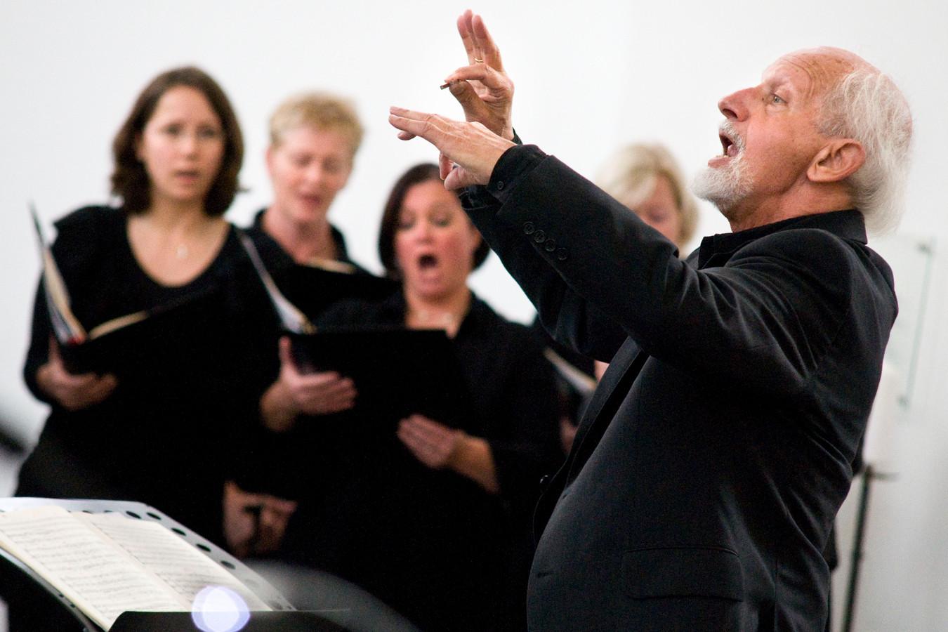 Daan Manneke dirigeert een koorconcert in de Raamsdonkse Lambertuskerk in 2010.