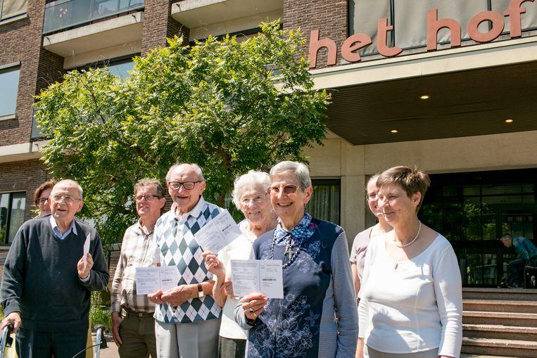 """Een groep bewoners van rusthuis Het Hof aan de Hofstraat, waar zondag drie stembureaus staan: """"Blij dat we onze stem kunnen uitbrengen!"""""""