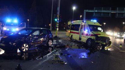 Ambulance onderweg met hartpatiënt crasht tegen auto van de rijschool