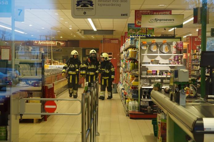 Brandweermannen inspecteren de winkel.