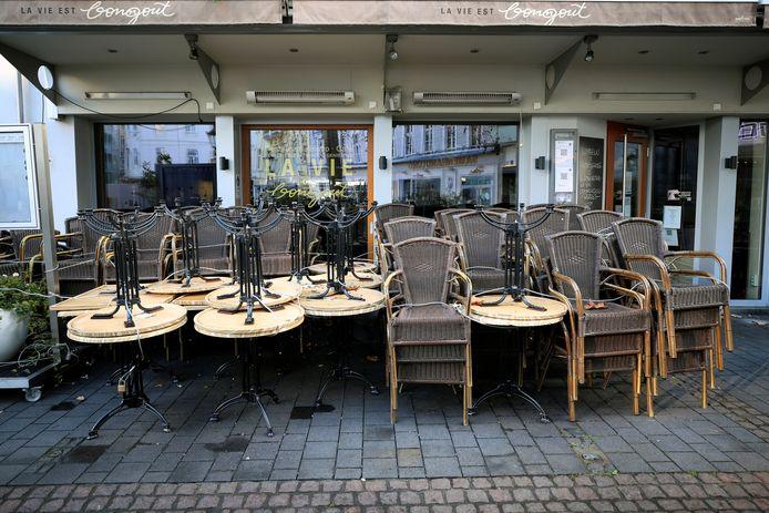 Horeca-uitbaters hoeven hun tafels en stoelen nog niet meteen van onder het stof te halen (Illustratiefoto uit Bonn).