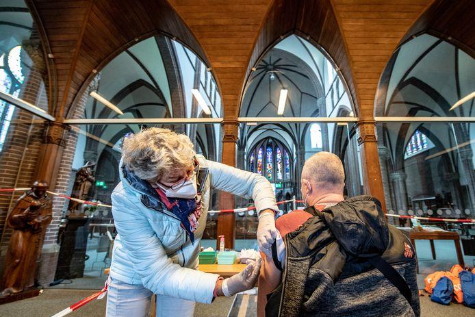 Normaal slaan bezoekers bij de entree een kruisje met wijwater, donderdag kregen ze bij binnenkomst in de Nijmeegse Antonius van Paduakerk een griepspuit.