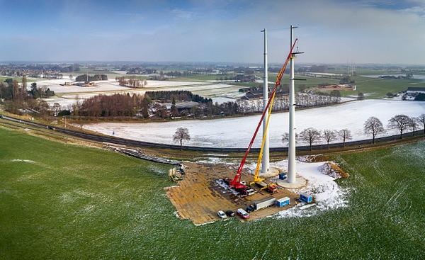 Bouw van de masten bij Ulft, begin 2017.