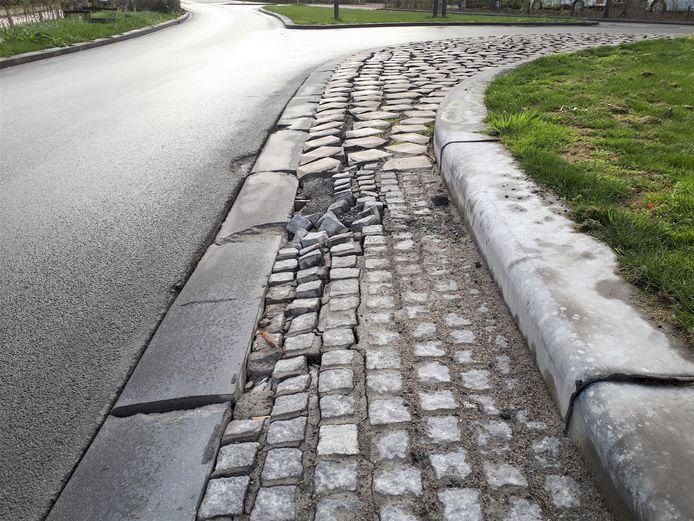 Duidelijk is te zien dat talloze stenen los liggen. Er wordt nu gewapend beton aangebracht.