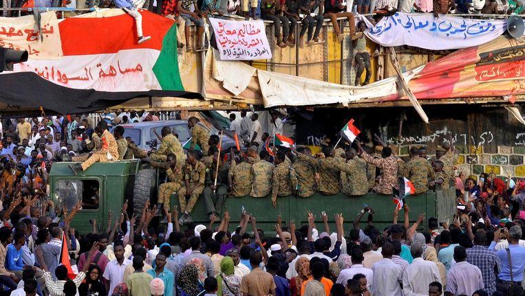 Het volk heeft nog geen vertrouwen in de legertop en de protesten hielden daarom afgelopen weekeinde aan. Beeld Reuters