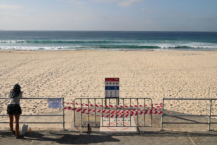 Het gesloten Bondi Beach in Australië. De stranden zijn gesloten na het weekend van 20 maart, waarop veel Australiërs naar het strand gingen ondanks de beperkende maatregelen van de regering. Beeld EPA
