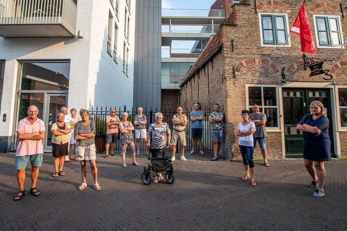 Bewoners van het nieuwbouwcomplex naast het oude schoenmakershuisje zijn boos op de eigenaar van het oudste huisje van 's-Gravenzande.