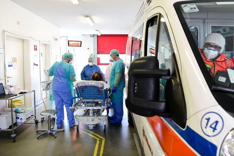 In Lombardije wordt een coronapatiënt de nieuwe intensive care-afdeling binnengereden. Beeld AFP